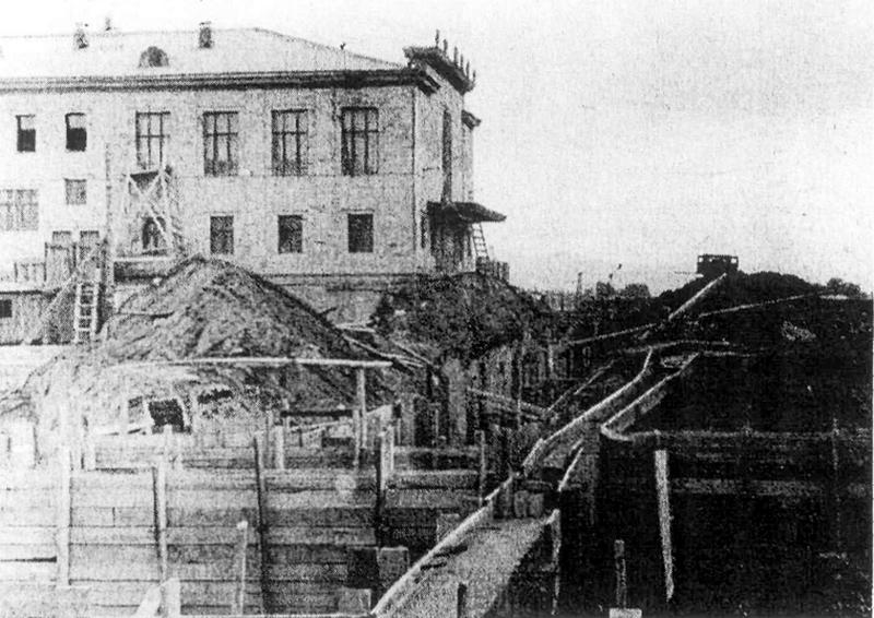 Строительство лабораторного корпуса института цветных металлов имени М. И. Калинина началось в апреле 1960 года, слева – здание кинотеатра «Родина» (можно разглядеть название кинотеатра на фронтоне)
