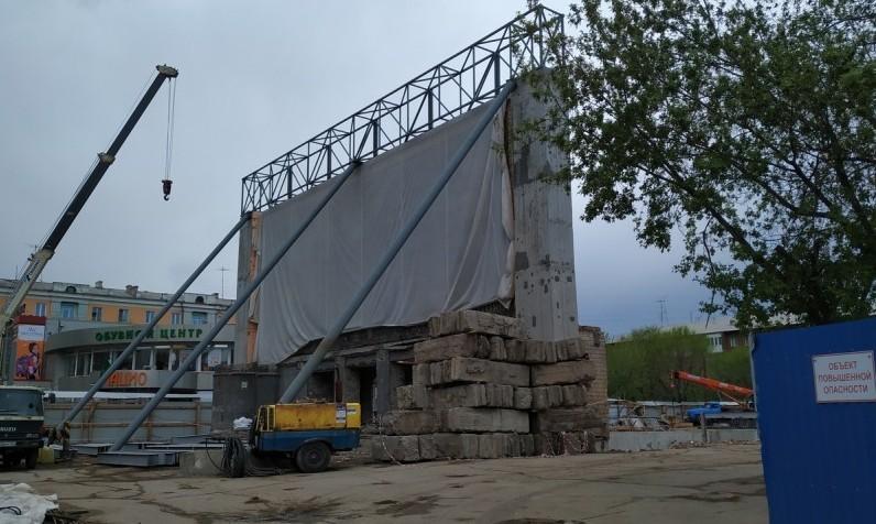 В мае 2019 года снесли здание, осталась только южная стена-опора для мозаики
